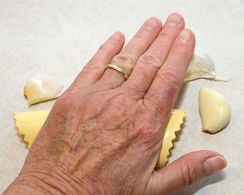 Peeling_Garlic