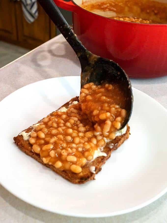 Die Bohnen werden auf einem Stück gebutterten Toast serviert