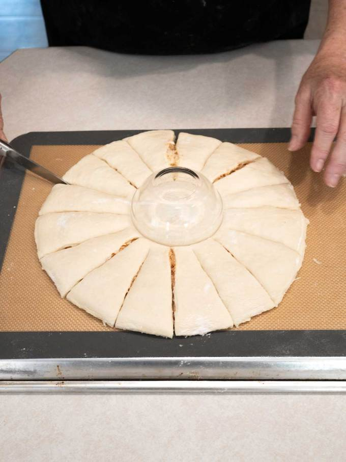 Making 16 cuts in the pizza bread
