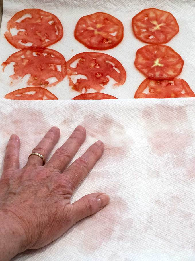 Using Paper towels to blot tomatoes