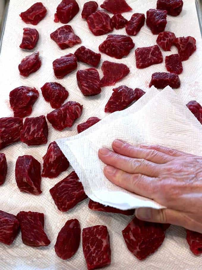 Drying the beef with paper towels