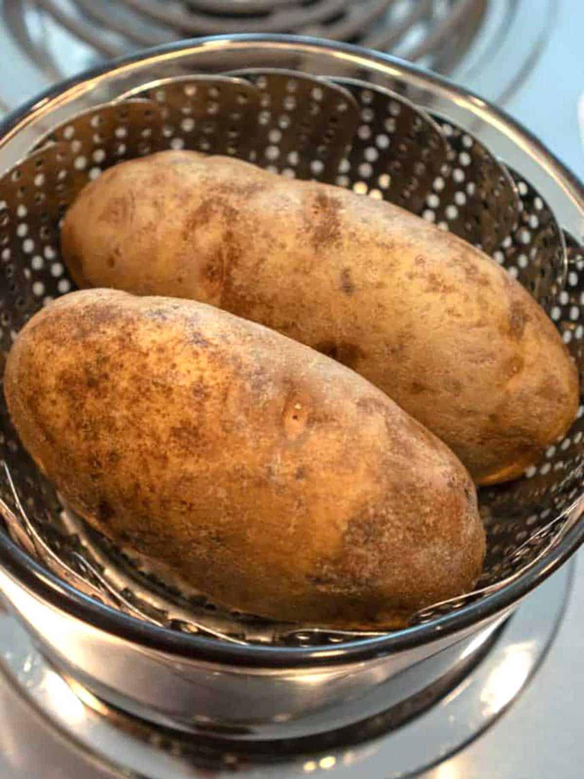 Steaming large baking potatoes.